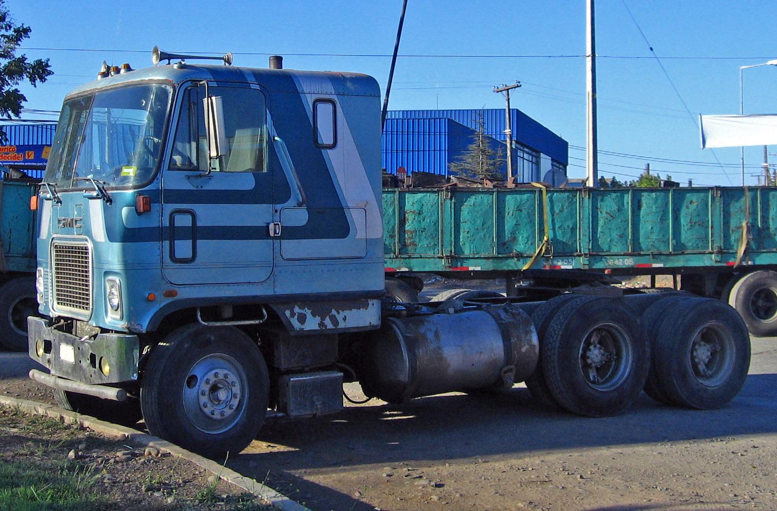 1985_GMC_Astro_95_tractor_in_Chile