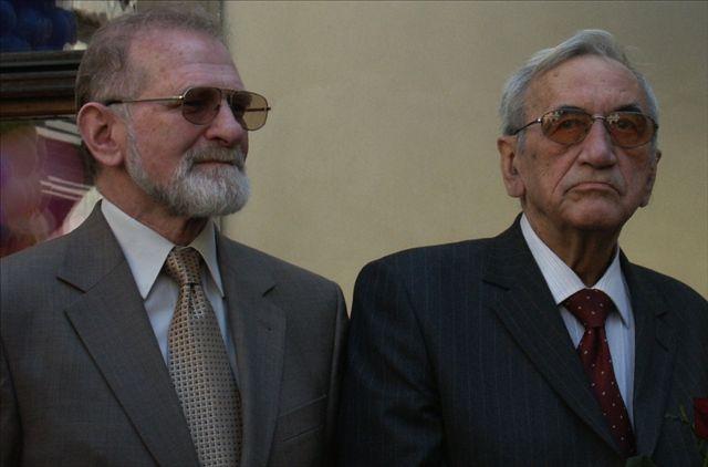https://upload.wikimedia.org/wikipedia/commons/d/d2/2004.05.01._Bronislaw_Geremek_and_Tadeusz_Mazowiecki.jpg
