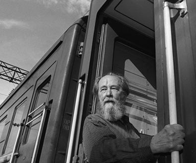 Aleksandr Solzhenitsyn looks out from a train, in Vladivostok, summer 1994, before departing on a journey across Russia. Solzhenitsyn returned to Russia after nearly 20 years in exile. A solzhenitsin.JPG