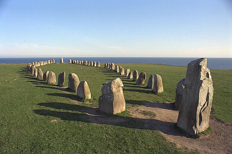 Ales stenar en skeppssättning från Vendeltiden. Foto: Bengt A Lundberg CC BY 2.5, via Wikimedia Commons.