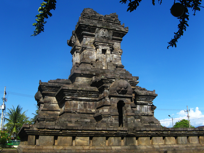 https://upload.wikimedia.org/wikipedia/commons/d/d2/Candi_singosari.jpg