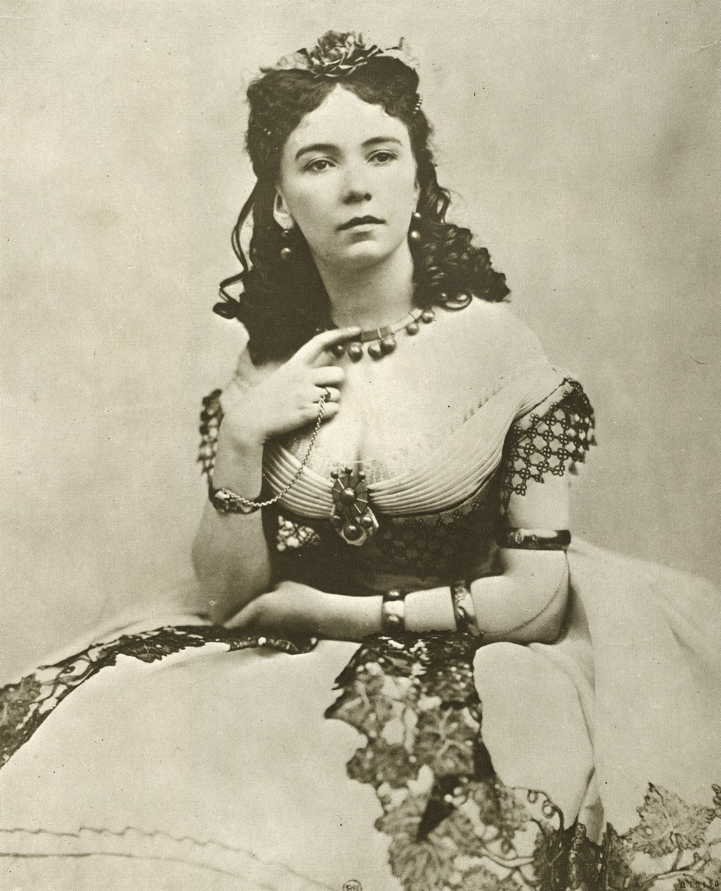 http://upload.wikimedia.org/wikipedia/commons/d/d2/Cora_Pearl_(A).jpg