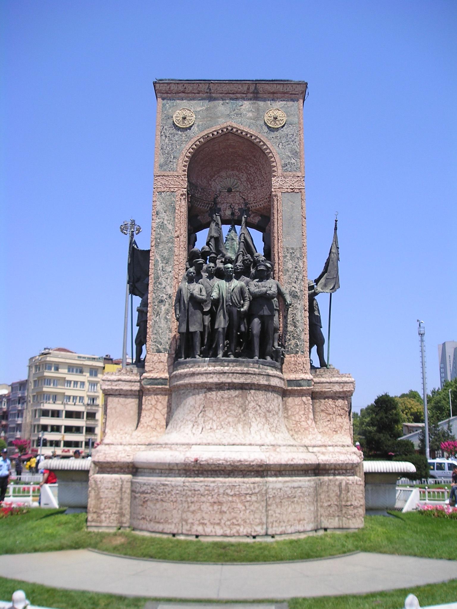 Любопытный памятник на площади Таксим (Стамбул)