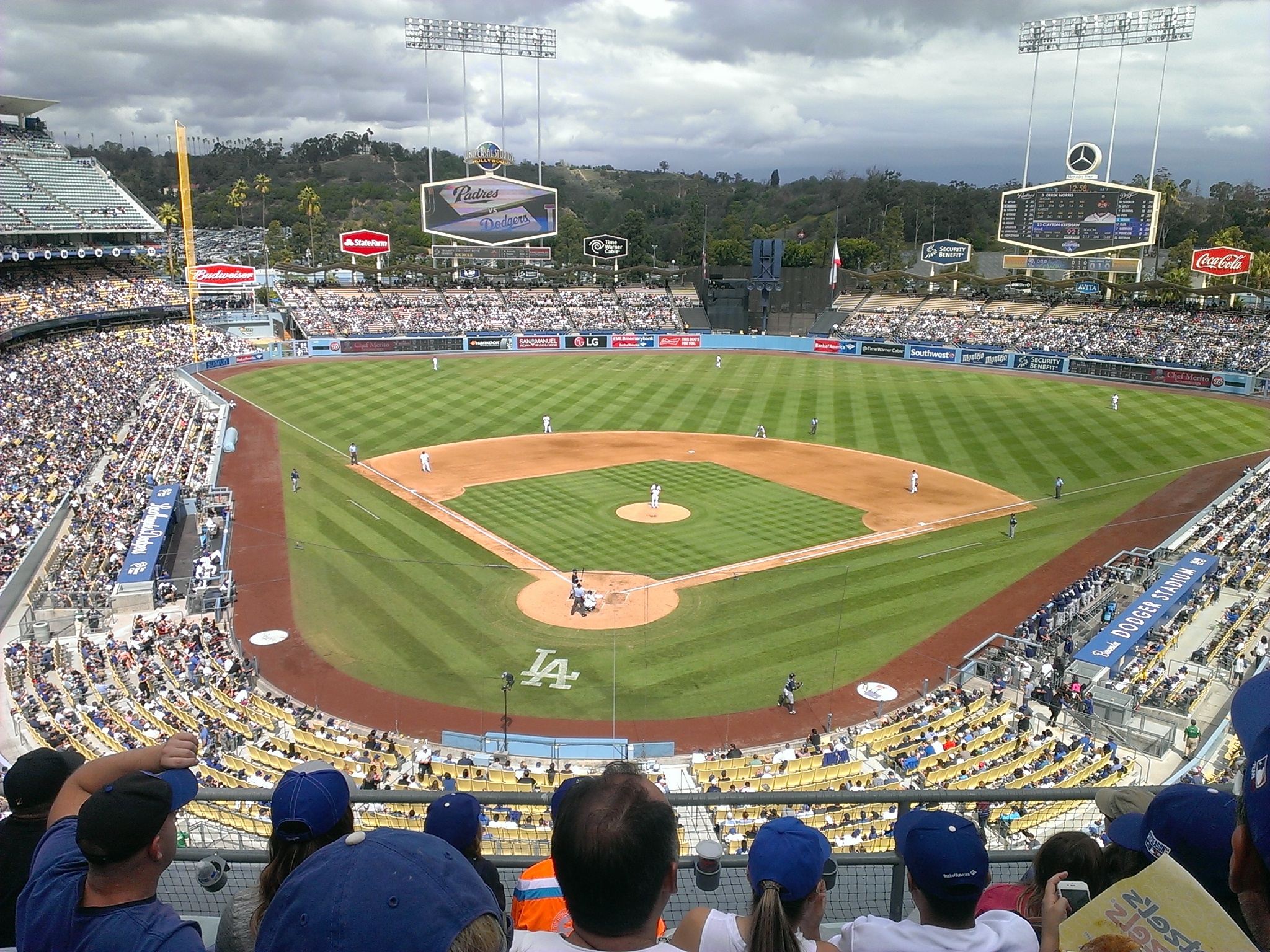 https://upload.wikimedia.org/wikipedia/commons/d/d2/Dodger_Stadium_field_from_upper_deck_2015-10-04.jpg