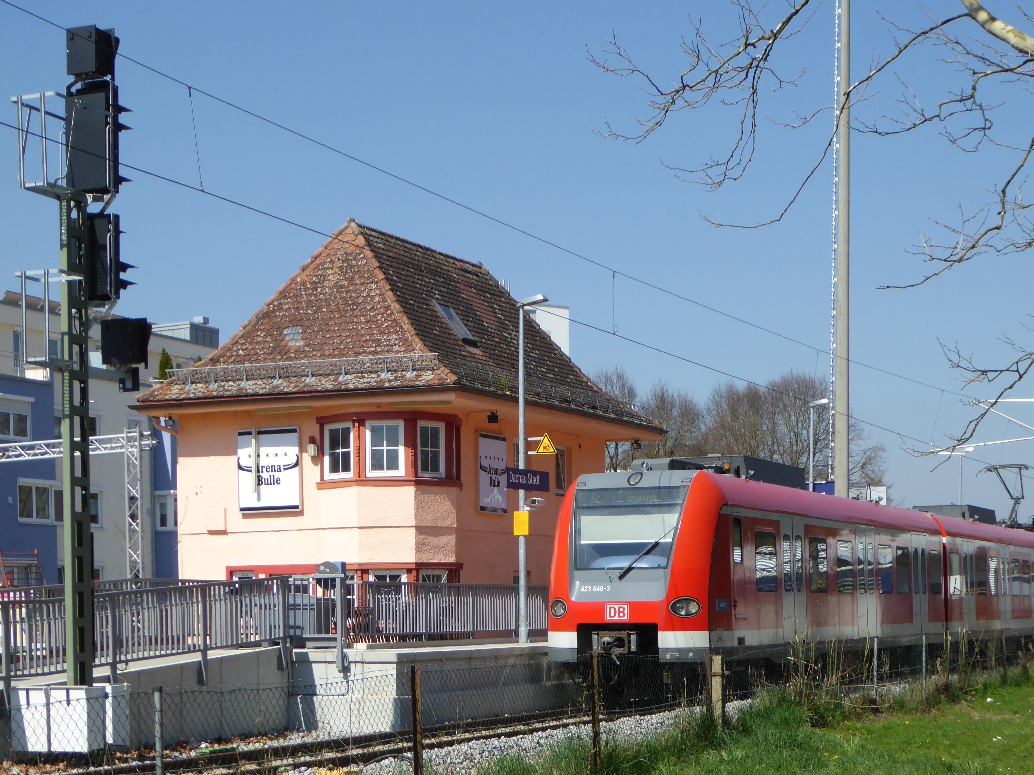 File:ET 423 am Bahnhof Dachau Stadt, 1.jpeg