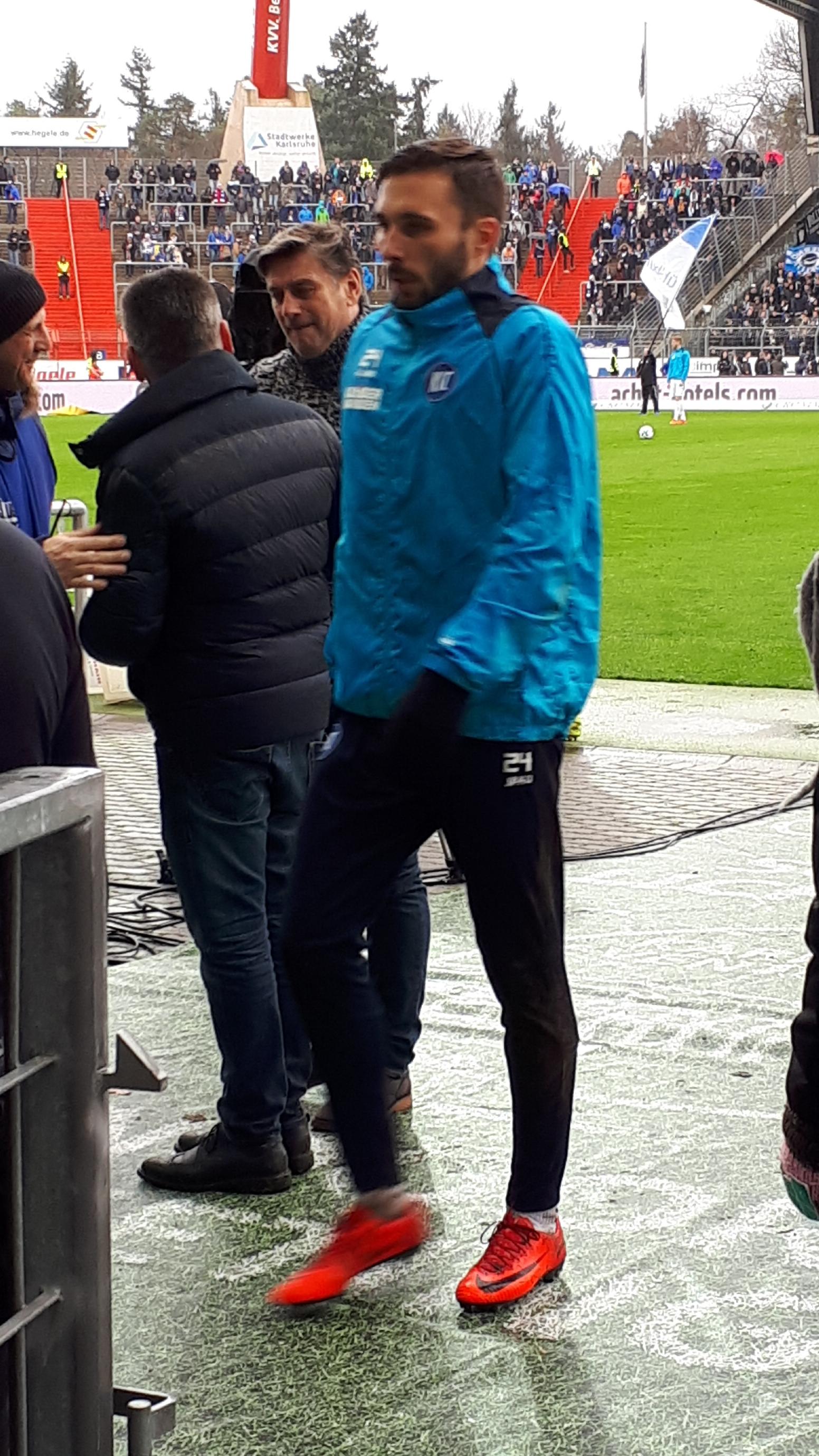 Fabian Schleusener (KSC) feiert goalschuetze Anton Fink (KSC