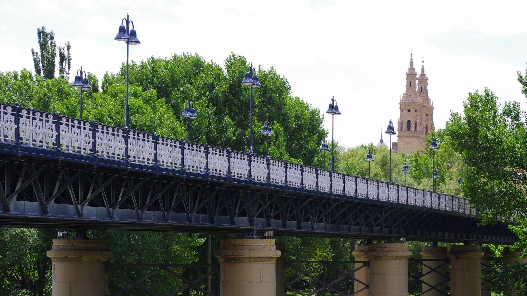 Iron bridge and cathedral, Logroño - panoramio.jpg