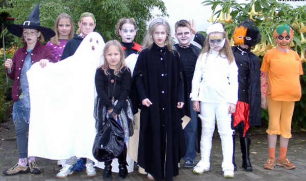 File:Kinder feiern Halloween - 2004.jpg