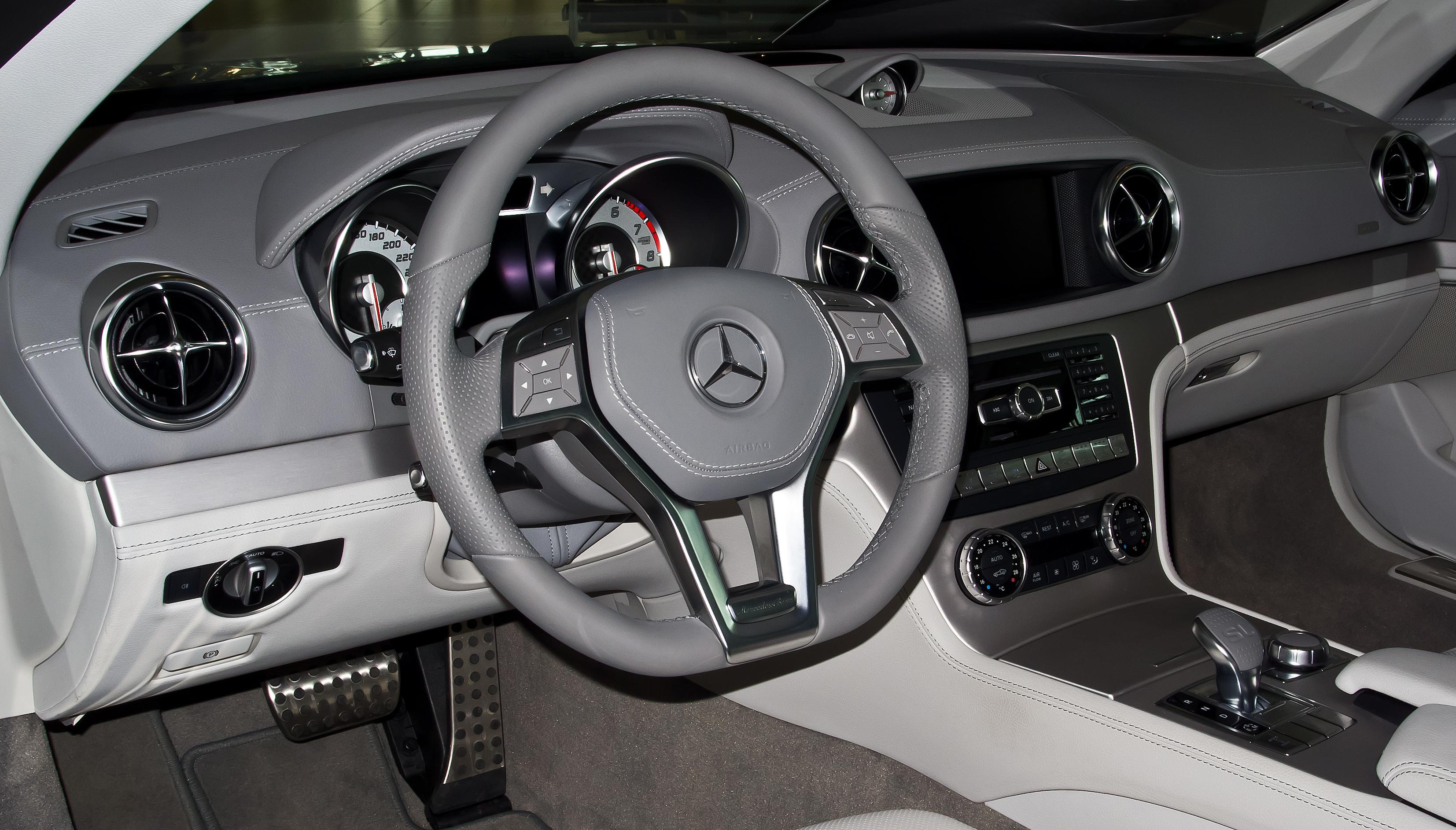 Mercedes Benz Sl >> File:Mercedes-Benz SL 350 (R 231) – Innenraum (1), 13. April 2013, Düsseldorf.jpg - Wikimedia ...