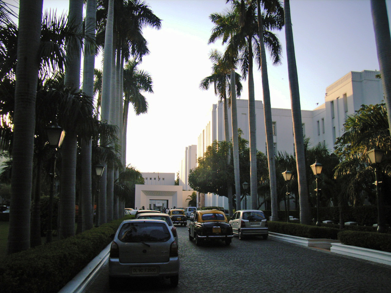 file palm trees lining the entrance of imperial hotel new wikimedia commons. Black Bedroom Furniture Sets. Home Design Ideas