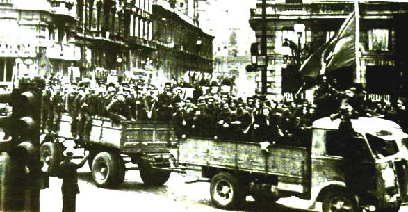 Partigiani sfilano su automezzi a Bologna