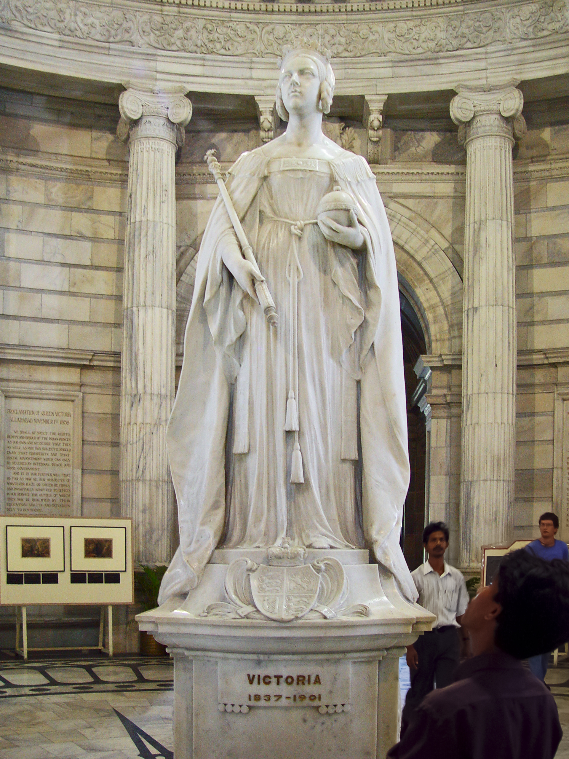 Queen Elizabeth House File Queen Victoria S Statue Inside The Memorial In