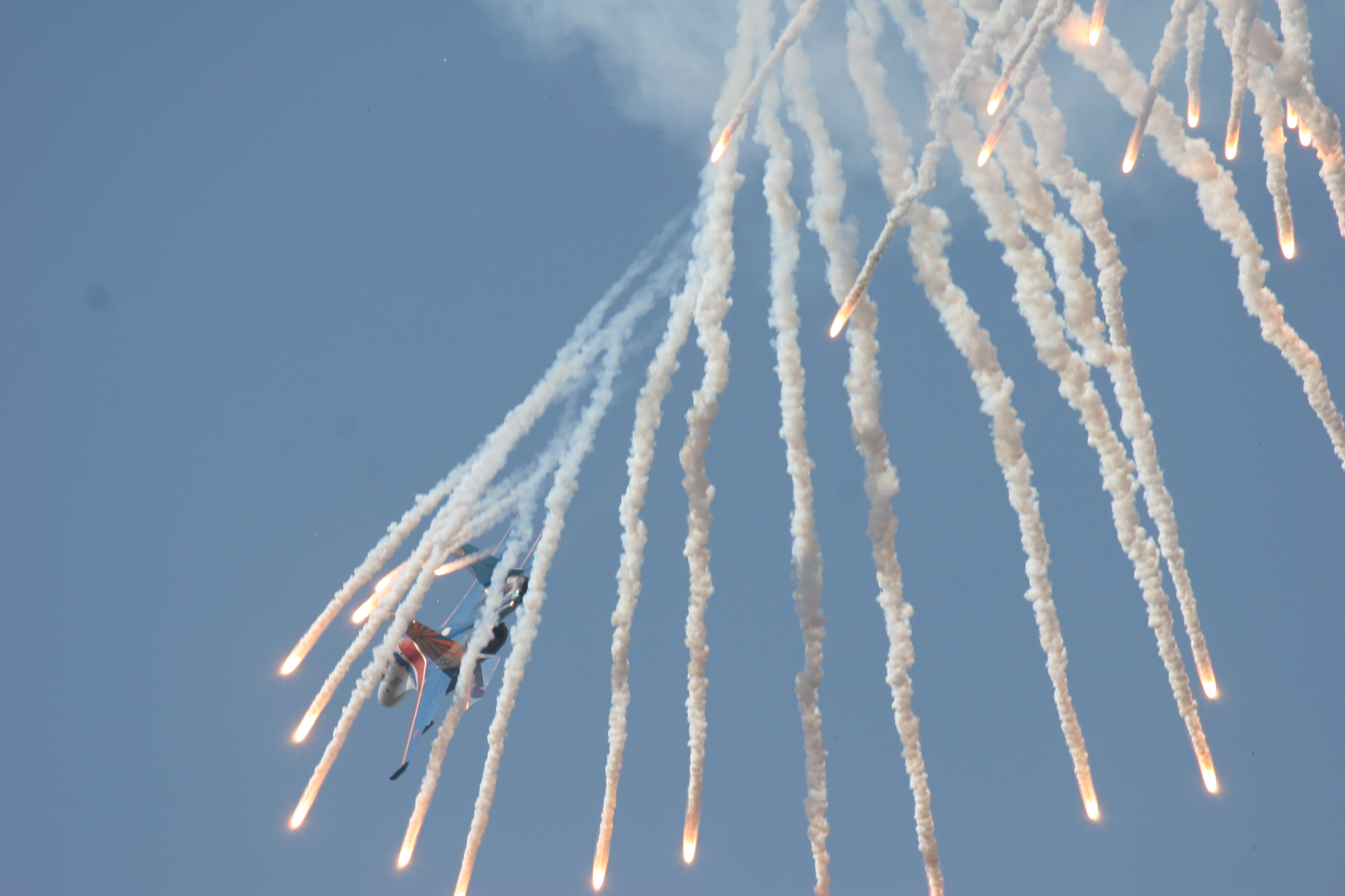 Su-27_Flanker_shoots_off_false_heat_targ