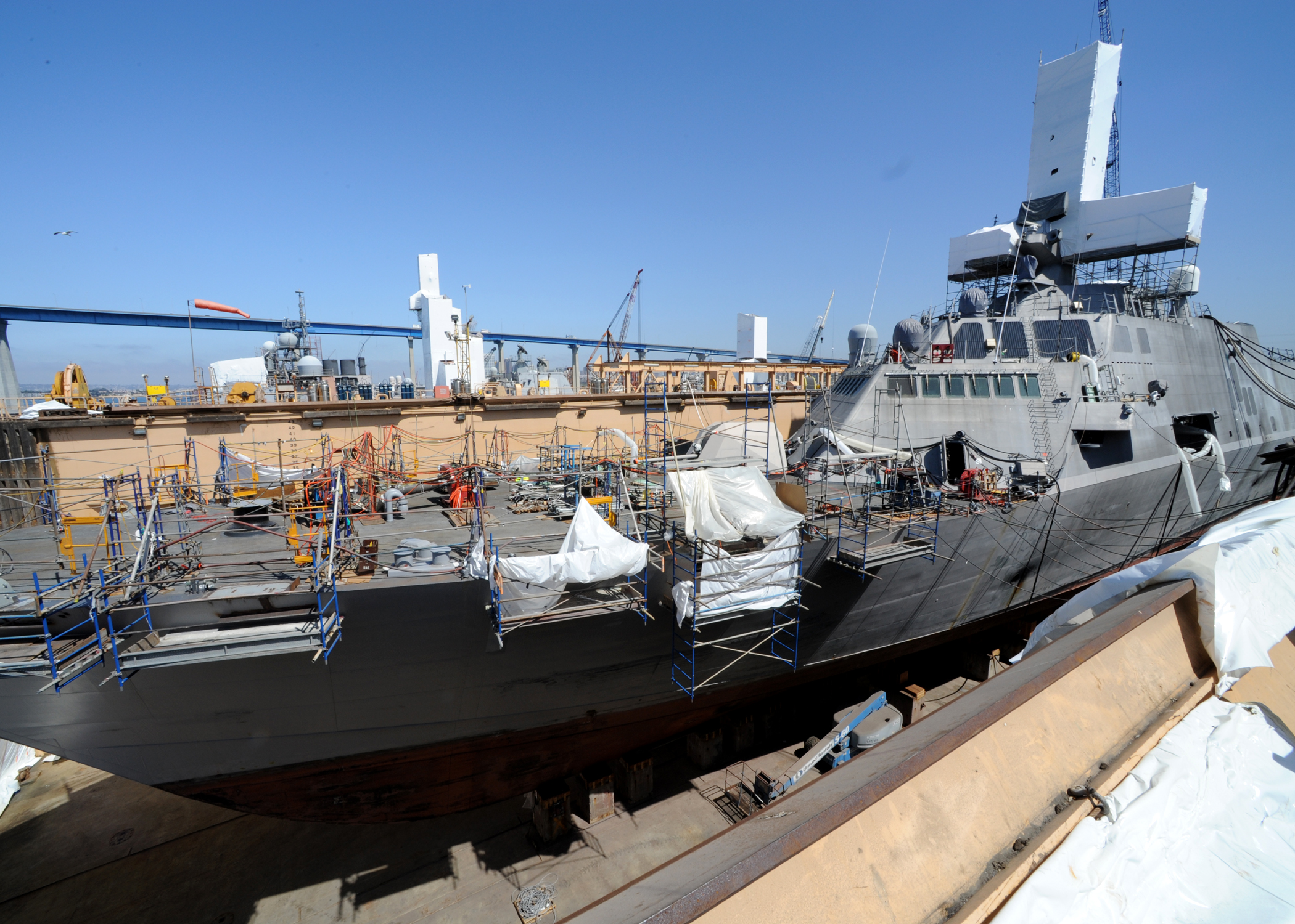 Programme du LCS - Page 10 US_Navy_110720-N-DI719-012_The_littoral_combat_ship_USS_Freedom_%28LCS_1%29_continues_a_scheduled_four-month_maintenance_period_in_a_dry_dock_at_Naval