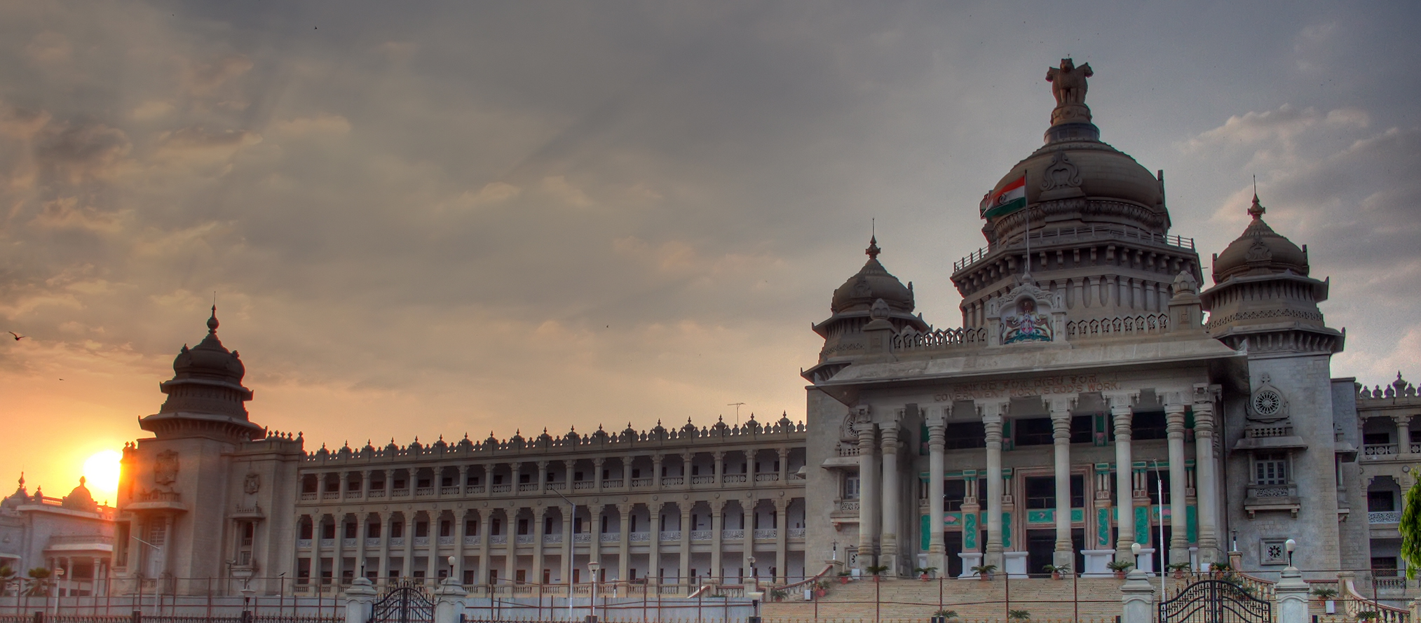 http://upload.wikimedia.org/wikipedia/commons/d/d2/Vidhana_Soudha_sunset.jpg