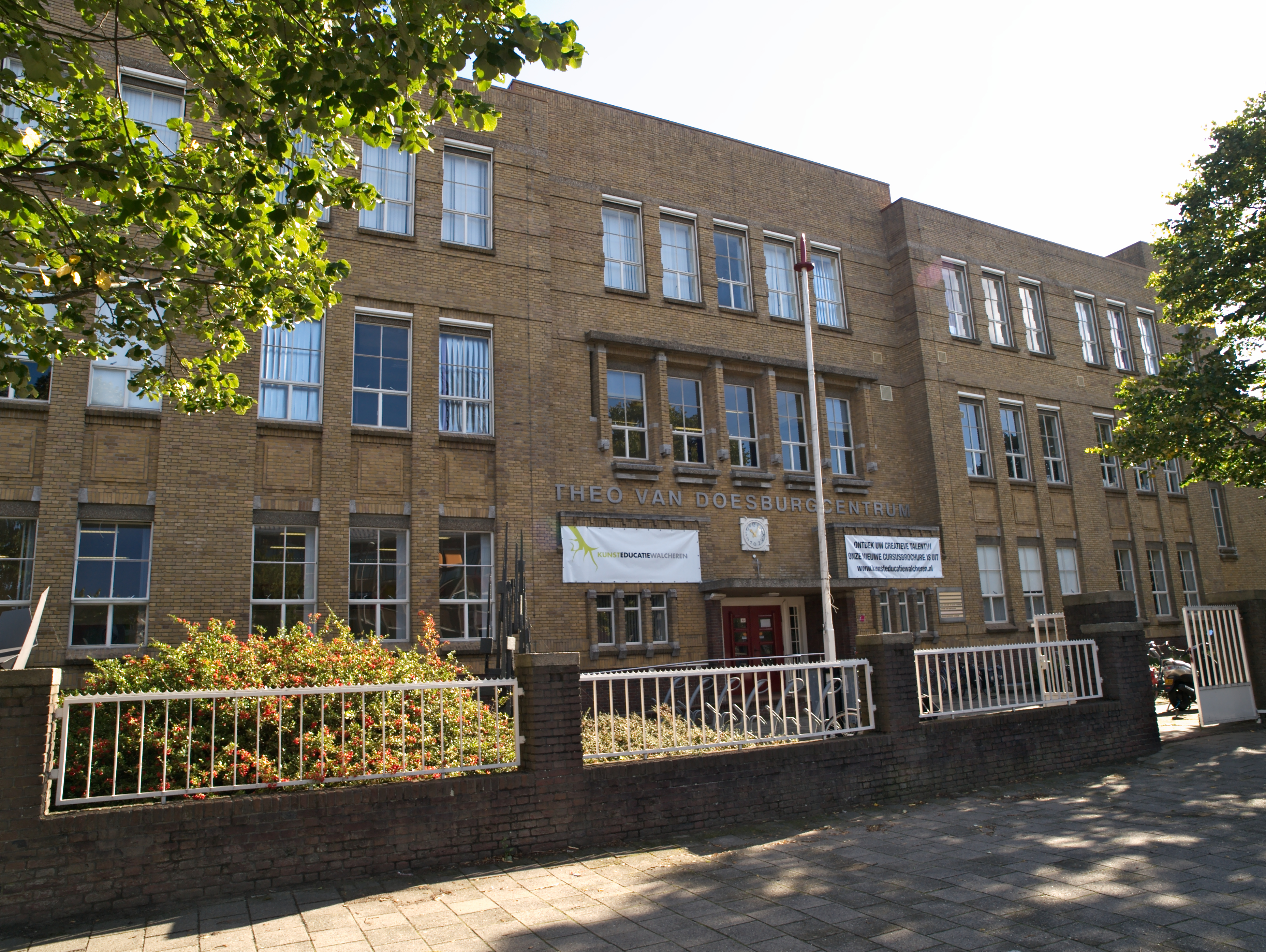 Rijks hogere burgerschool het schoolgebouw is uitgevoerd in een kubistisch expressionistische - Expressionistische architectuur ...