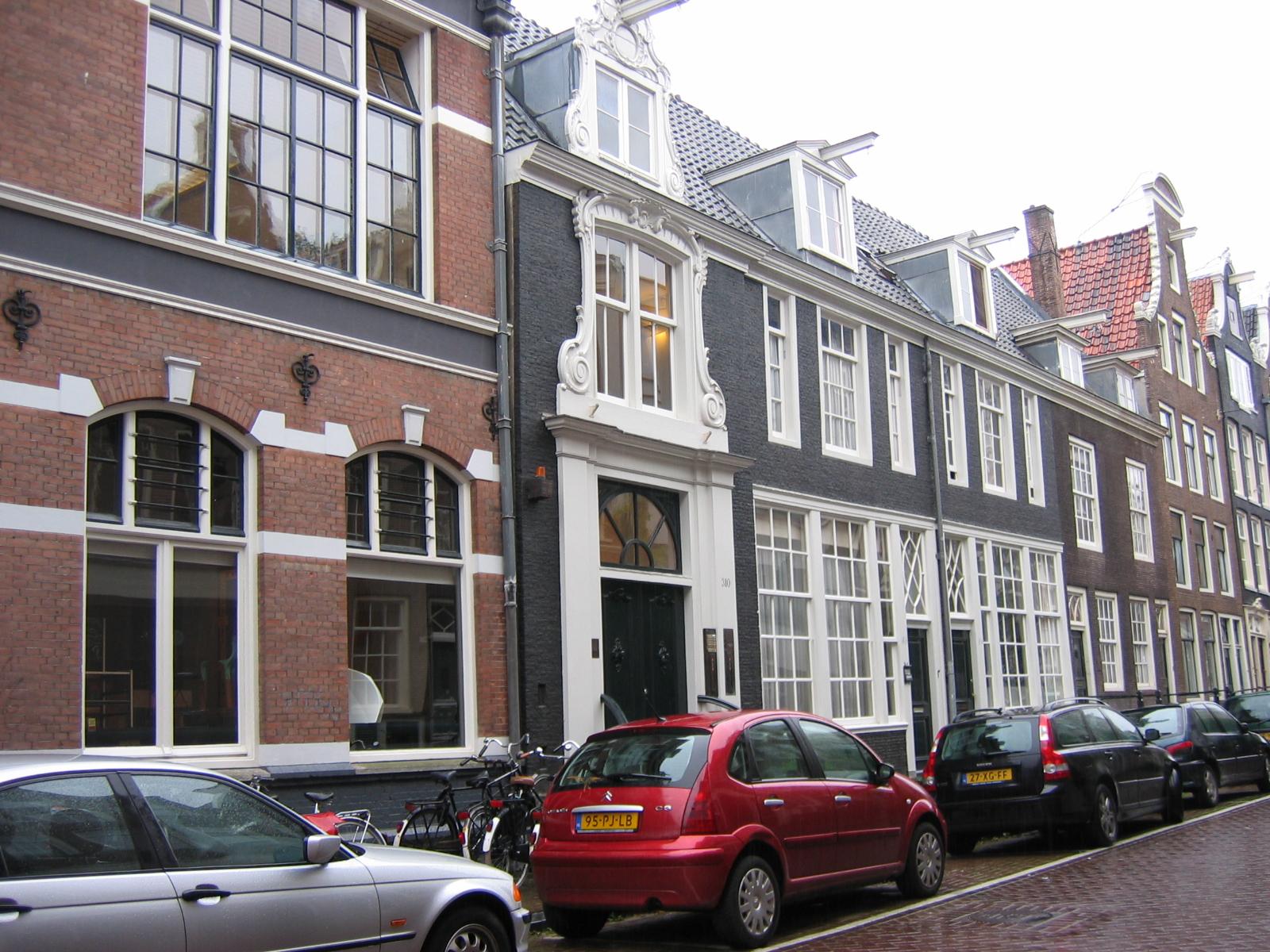 Huis met ingang aan de straat doch verder slechts een negen vensters brede achtervleugel in - Huis ingang ...