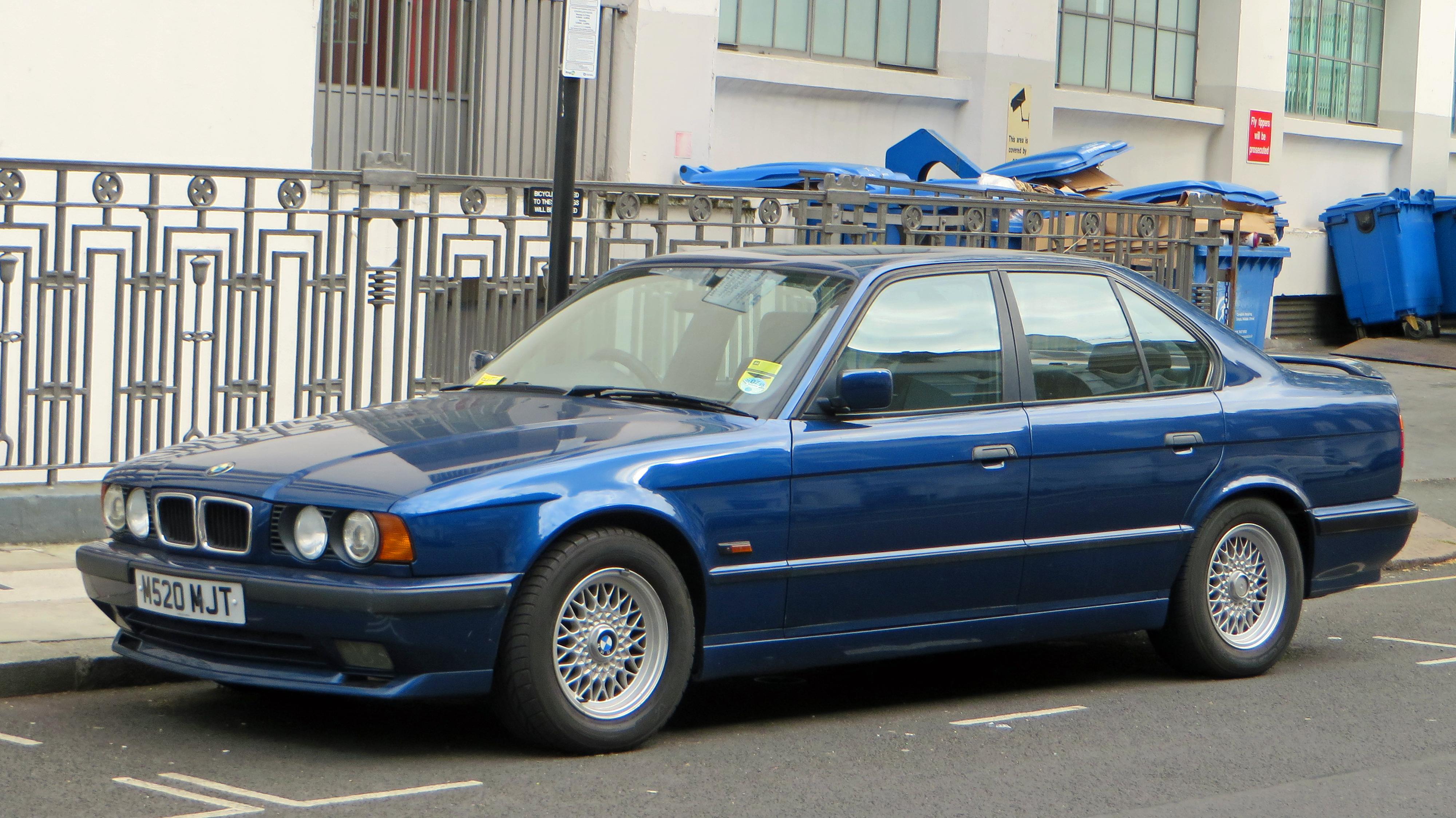 File:1995 BMW 525i Sport, UK (front) (22484472771).jpg