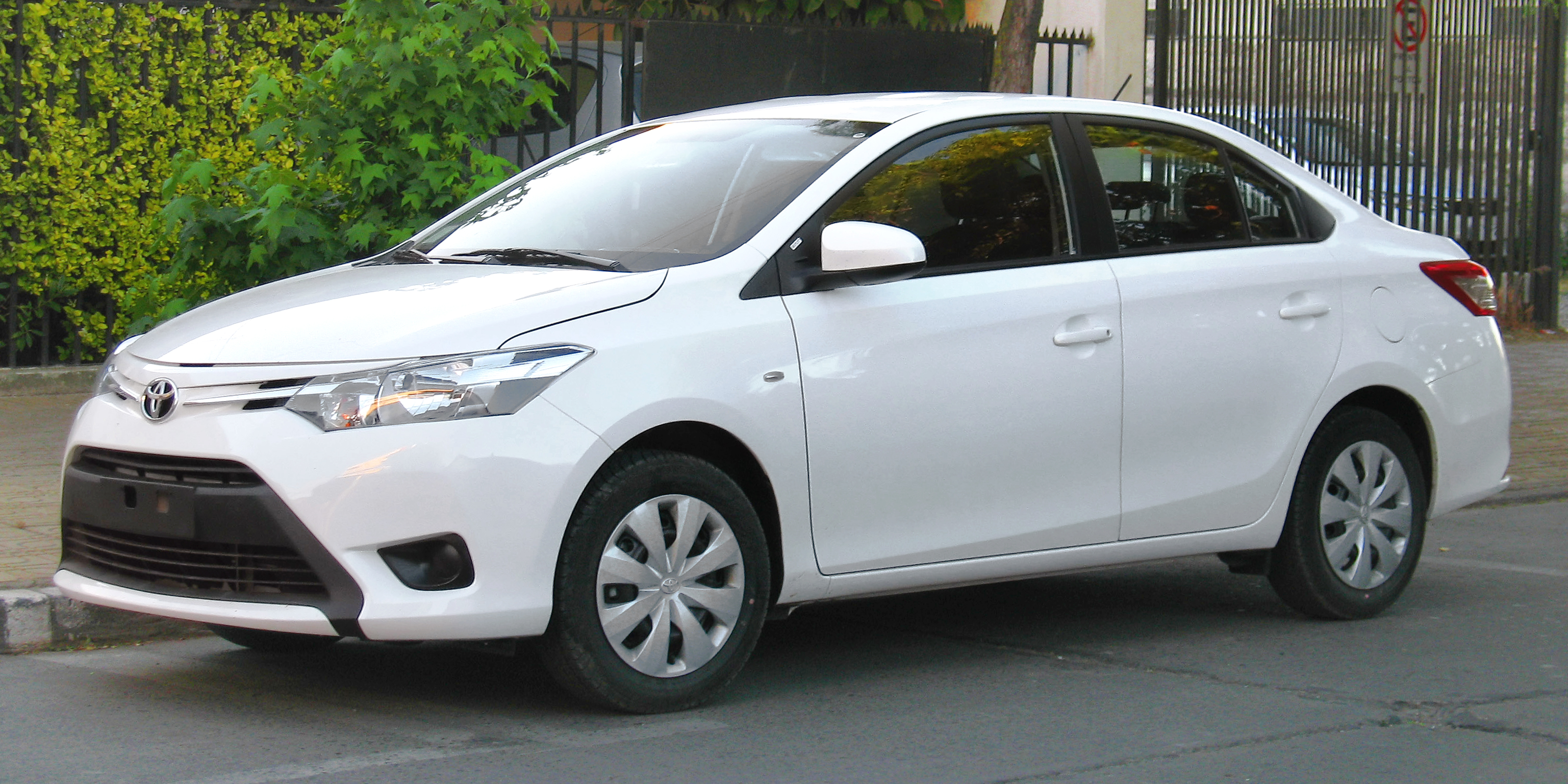 File:2014 Toyota Yaris 1.5 XLi in Chile.jpg - Wikimedia Commons
