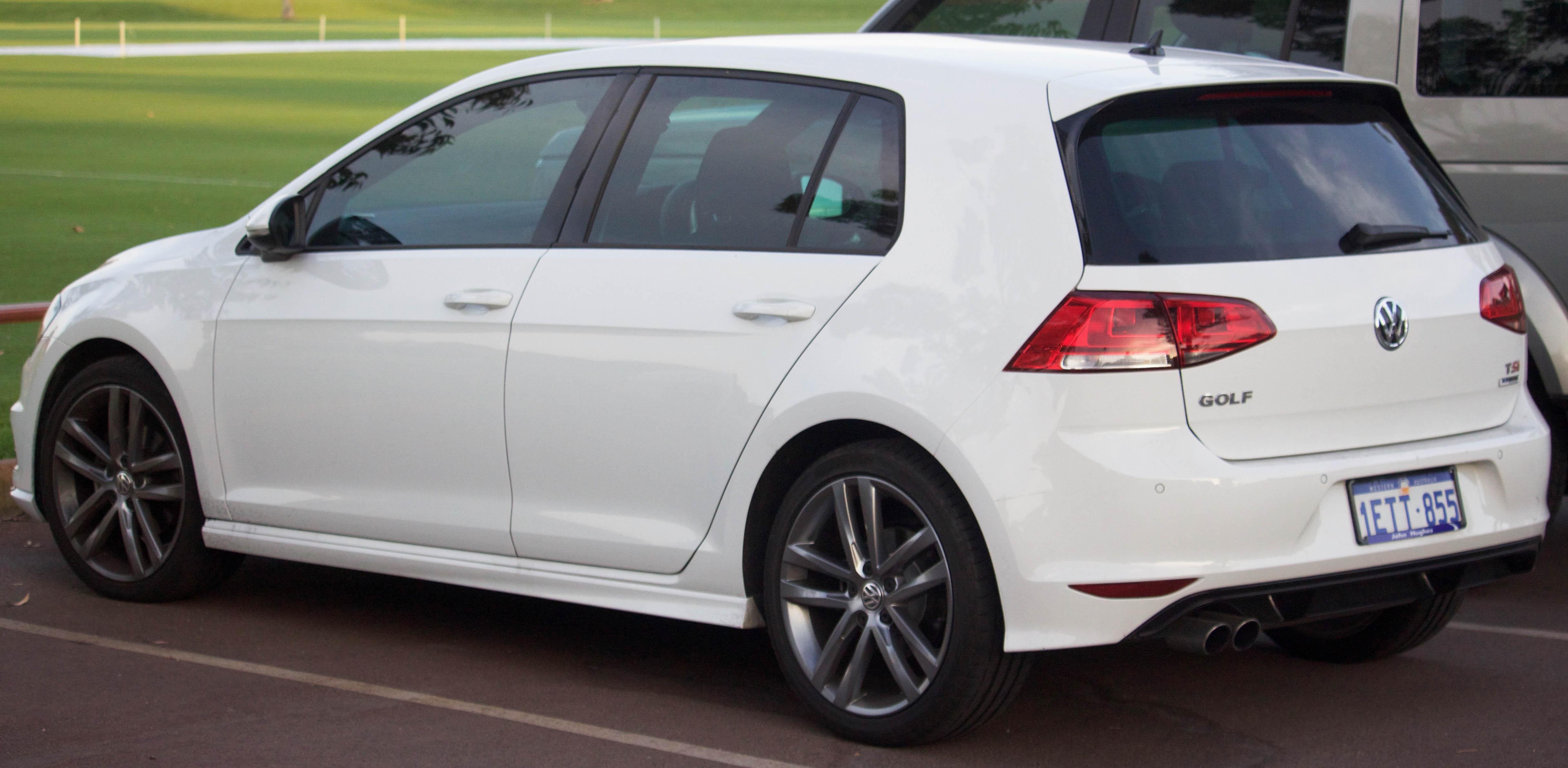 File:2015 Volkswagen Golf (5G) 103TSI R-Line 5-door hatchback (2016