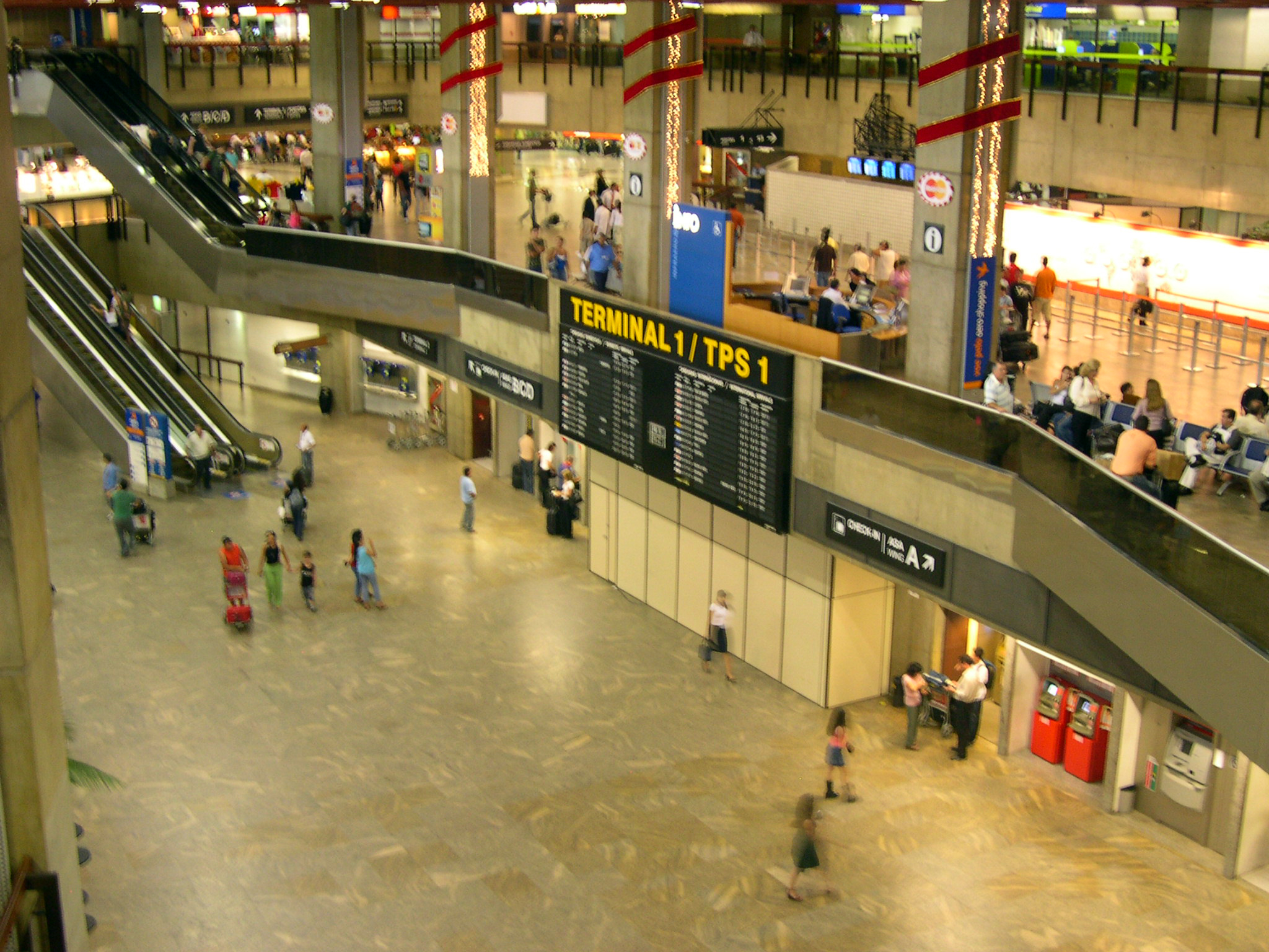 http://upload.wikimedia.org/wikipedia/commons/d/d3/AeroportoGuarulhos_TPS1-Interno.jpg