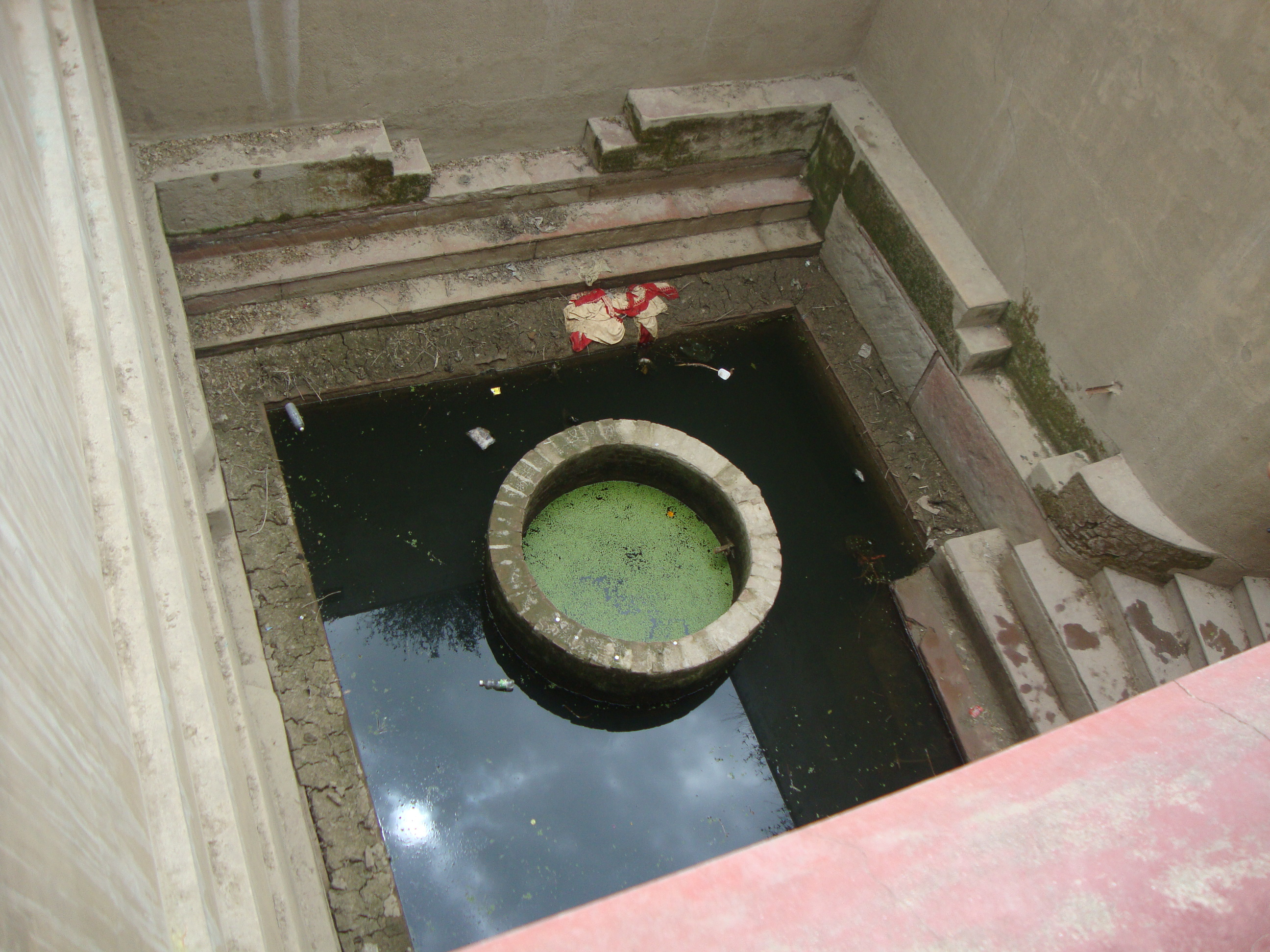 Description rainwater harvesting system jpg - File Ancient Rainwater Harvesting Well Vrindavan Jpg