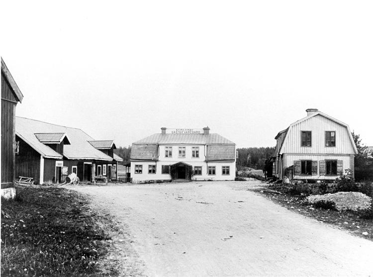 File:Barkarby gård och tingshus omkr år 1900.jpg