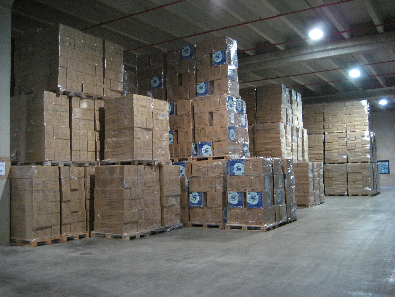 Gestapelte Kartons auf Paletten, die in einem Blocklager gelagert werden