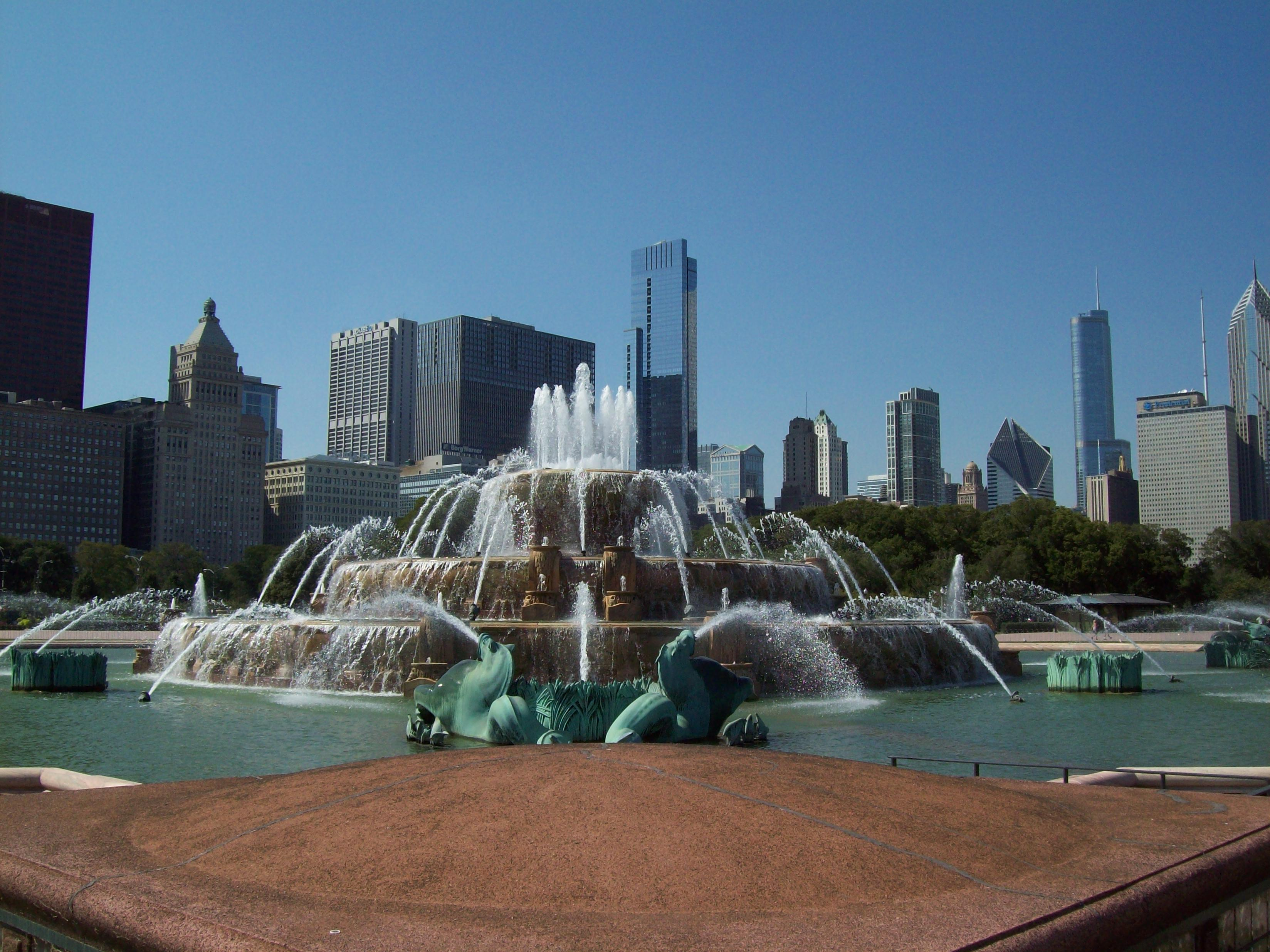 Buckingham Fountain & close Chicago skyline, Aug 10.jpg