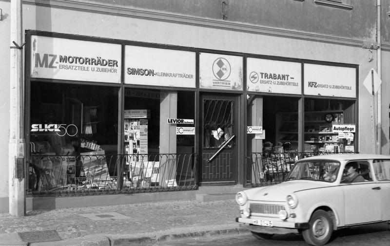 Paysage des 2 roues : hier et aujourd'hui - Page 4 Bundesarchiv_B_145_Bild-F088953-0003%2C_Haldensleben%2C_IFA-Vertriebsladen