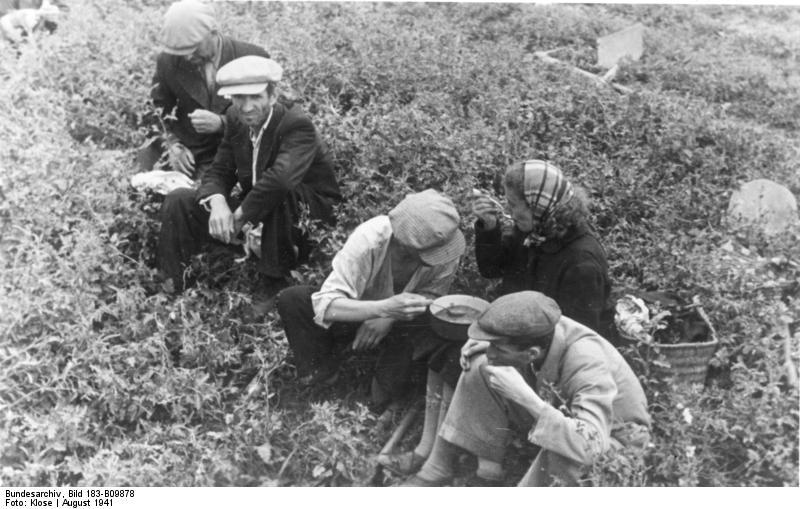 Файл:Bundesarchiv Bild 183-B09878, Rumänien, Kischinew, Juden bei Mittagspause.jpg