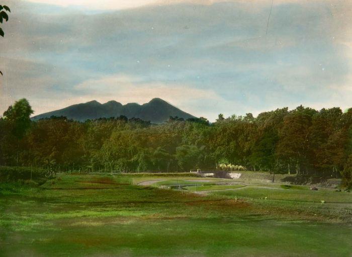 File:COLLECTIE TROPENMUSEUM Gezicht over nieuw terrein van 's Lands Plantentuin in Buitenzorg en de vulkaan Salak TMnr 60016640.jpg