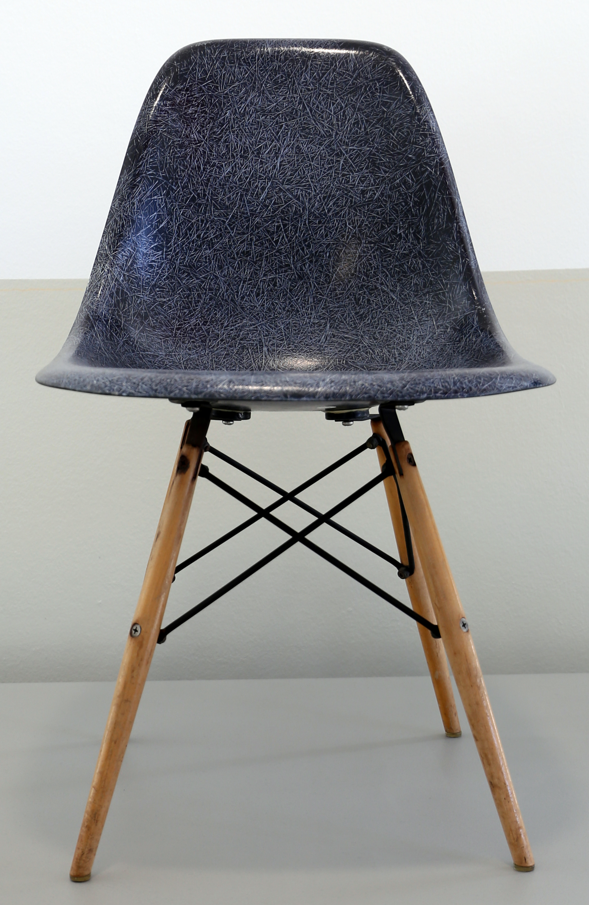 File:Charles eames per herman miller furniture, sedia bucket ...