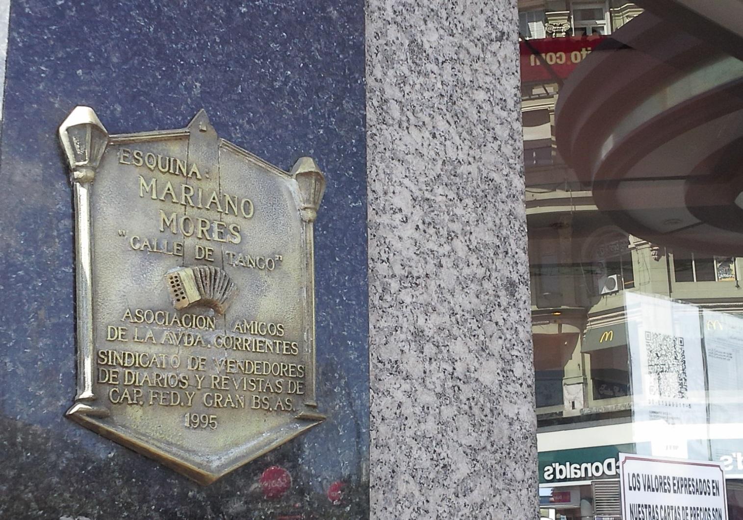Esquina Mariano Mores en Buenos Aires (Carlos Pellegrini y Corrientes, a 50 metros de lugar donde se encontraba el bar donde tocó el piano por primera vez).