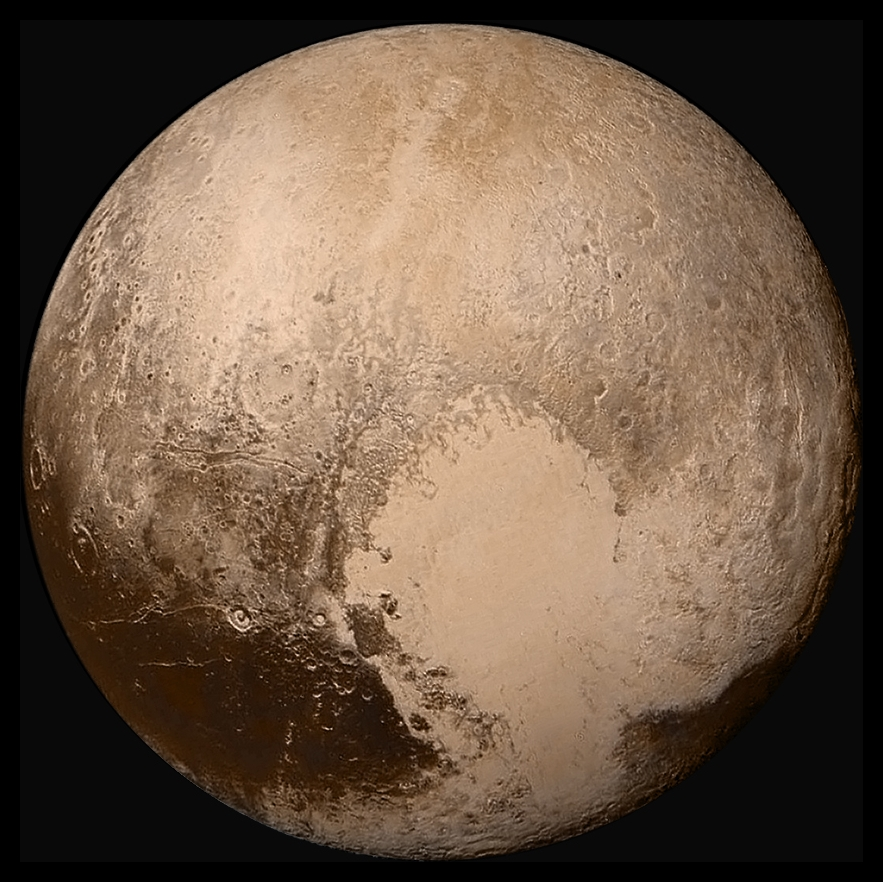 Global LORRI mosaic of Pluto in true colour.jpg  Von NASA/JHUAPL/SwRI – http://www.nasa.gov/image-feature/global-mosaic-of-pluto-in-true-color, Gemeinfrei, Link