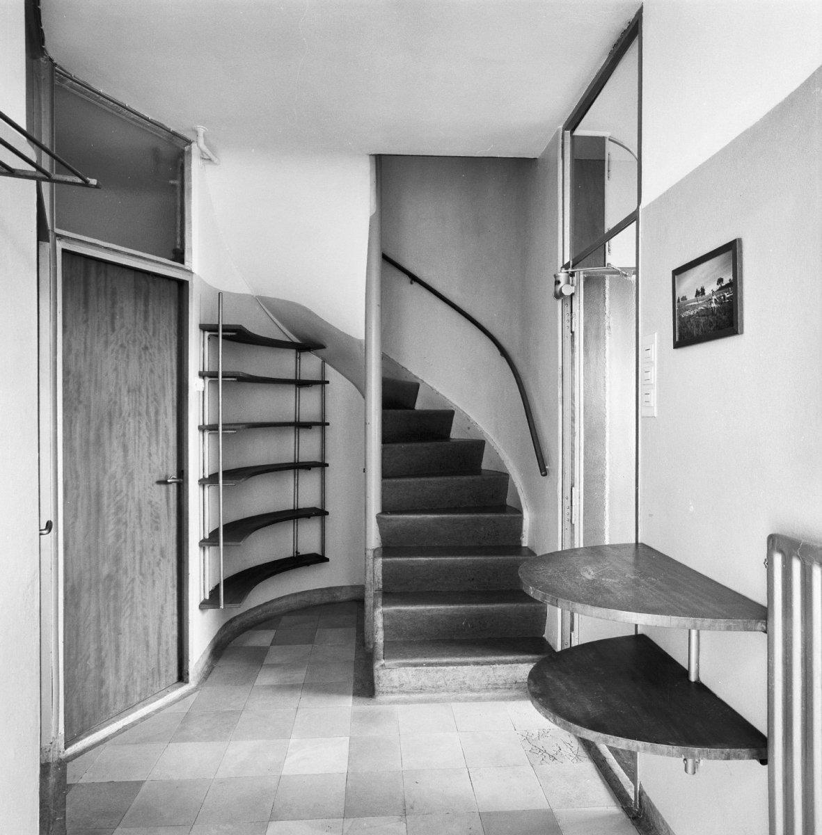 File interieur hal met trapopgang en deur naar het toilet for Interieur ideeen hal