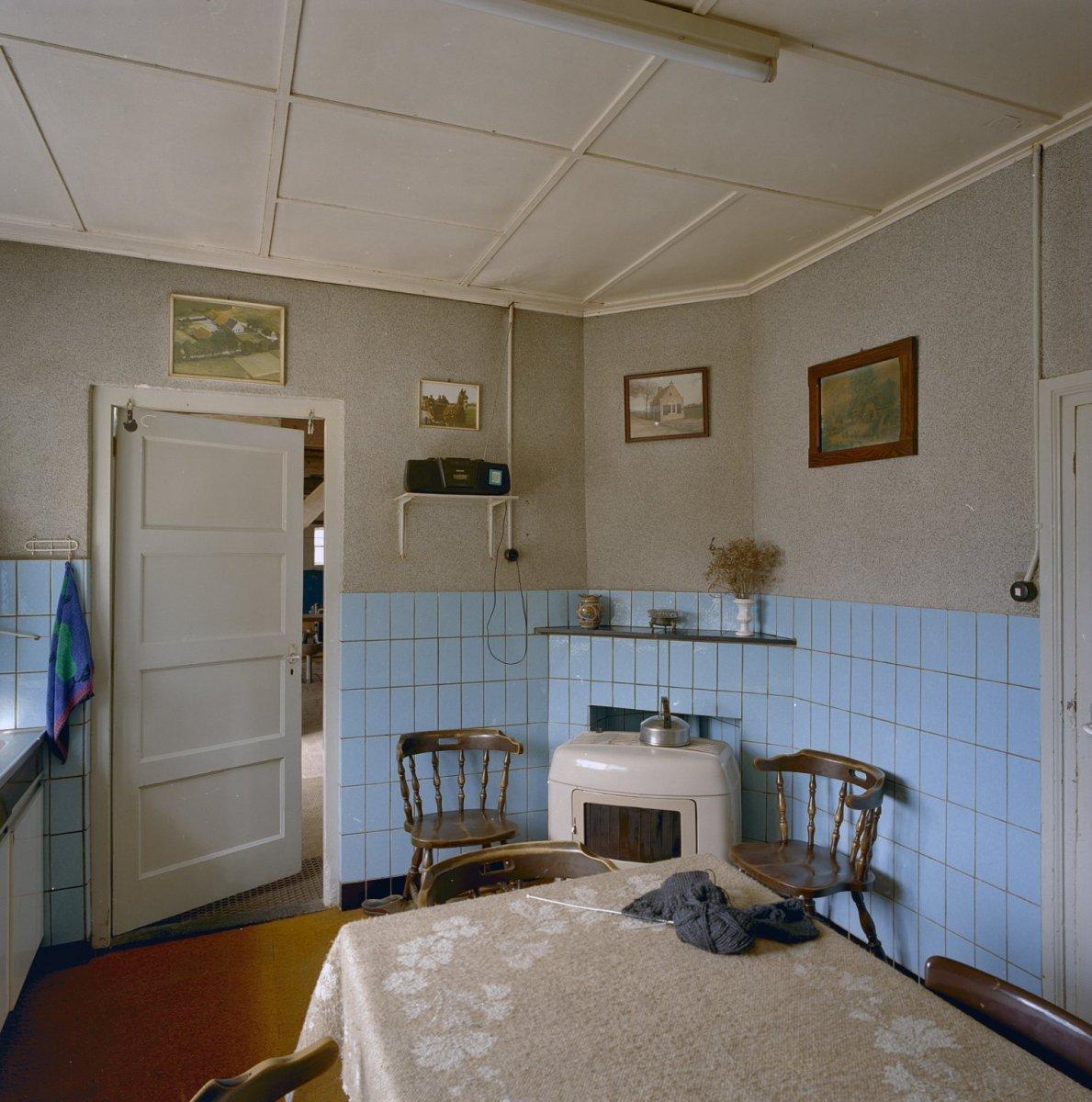 File:Interieur, keuken met lambrizering van blauwe wandtegels - Breda ...