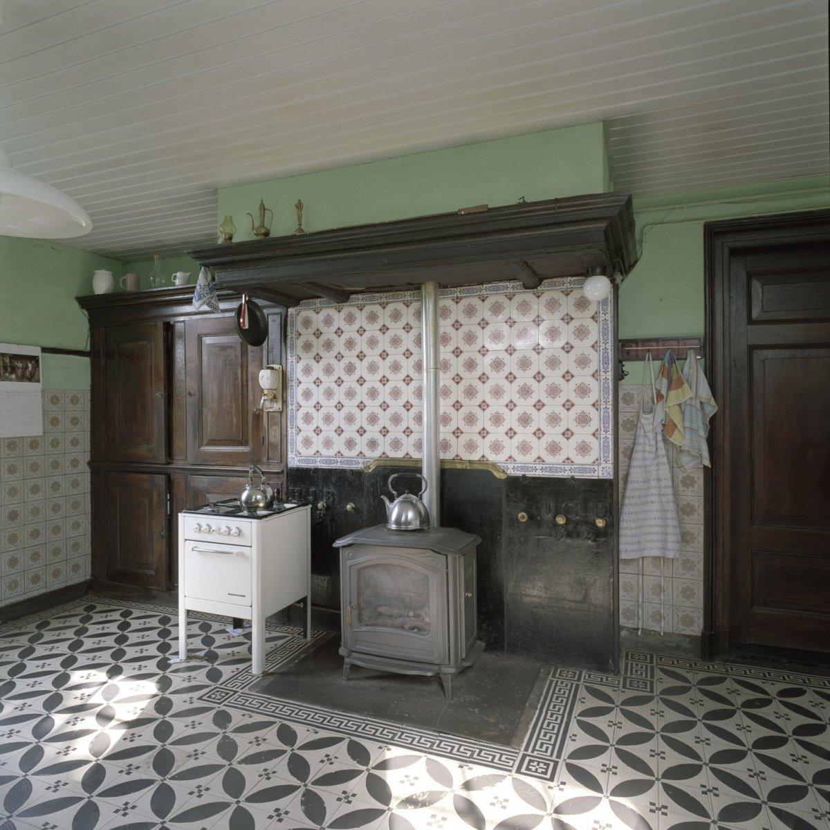 File:Interieur woonhuis, overzicht van de keuken richting betegelde ...