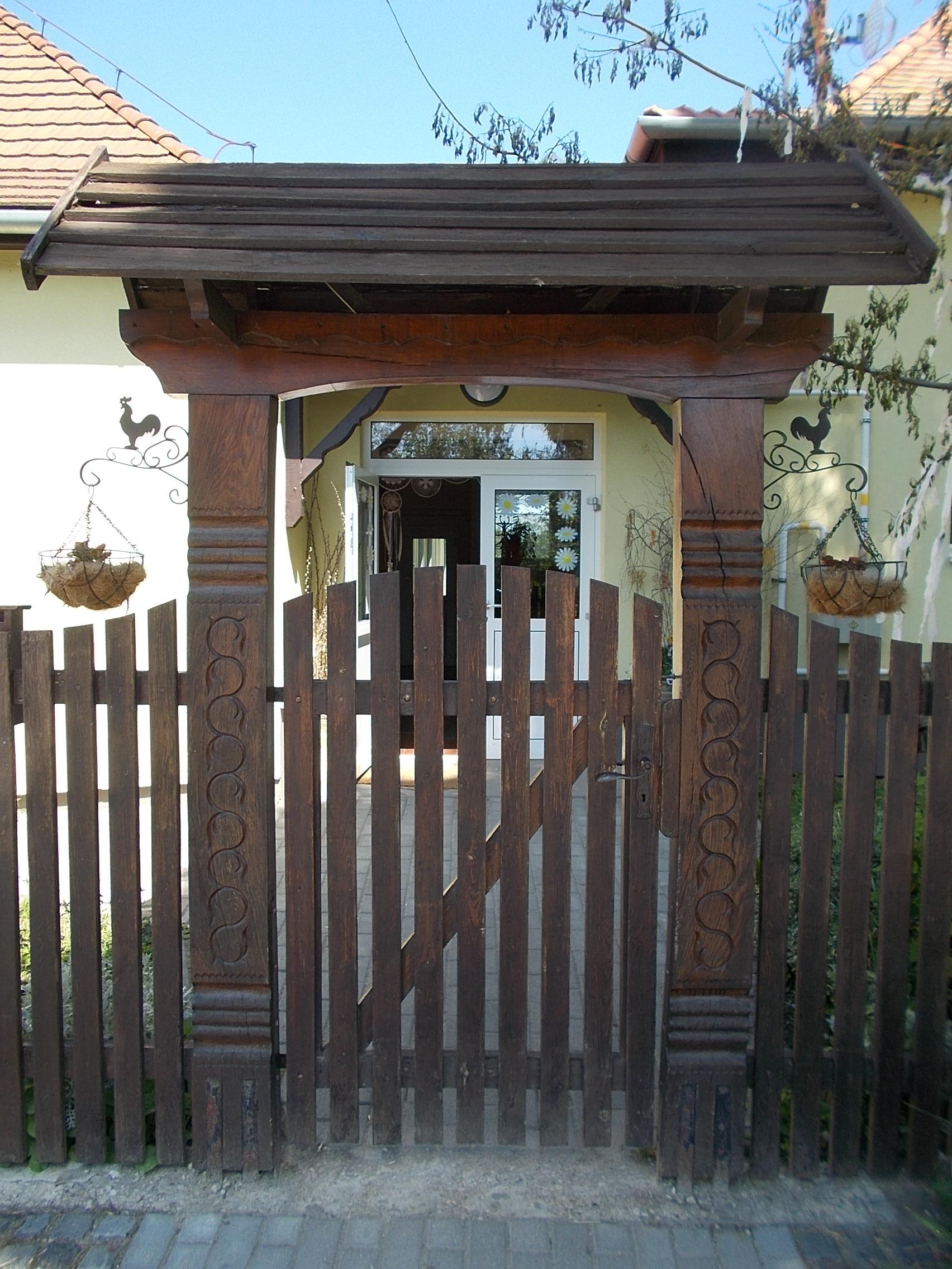 File:Kindergarten, wooden gate, Vörösmarty Street, Dinnyés, 2017 Gárdony.jpg