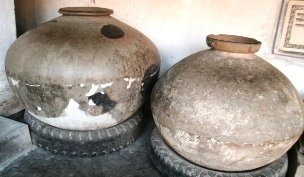 http://upload.wikimedia.org/wikipedia/commons/d/d3/Motka-Large-earthenware-Bengal.jpg