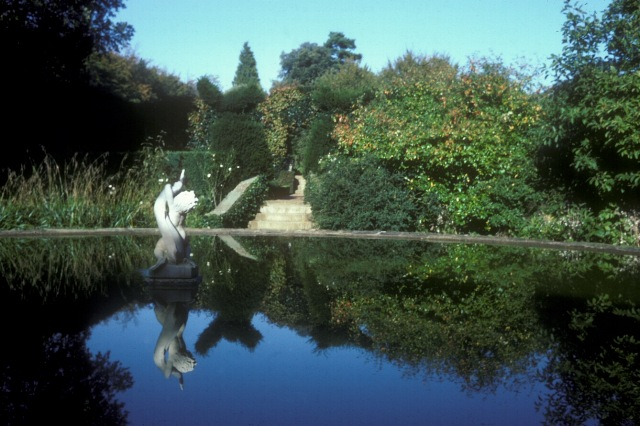 Pool, Hidcote Manor gardens - geograph.org.uk - 1558051