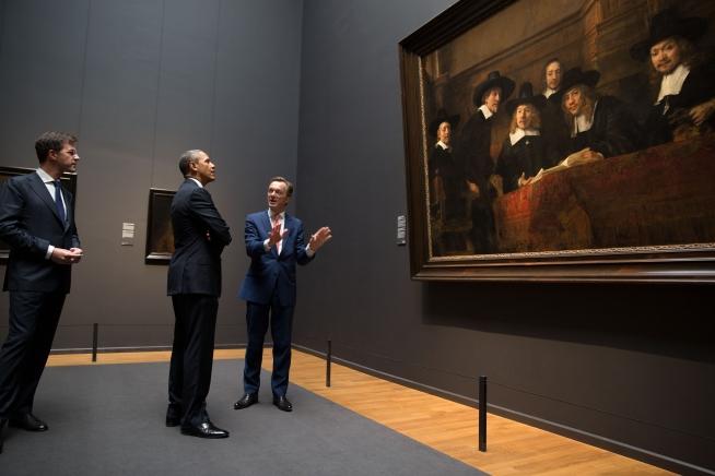 President Barack Obama looks at Rembrandt%27s %22The Syndics%22.jpg