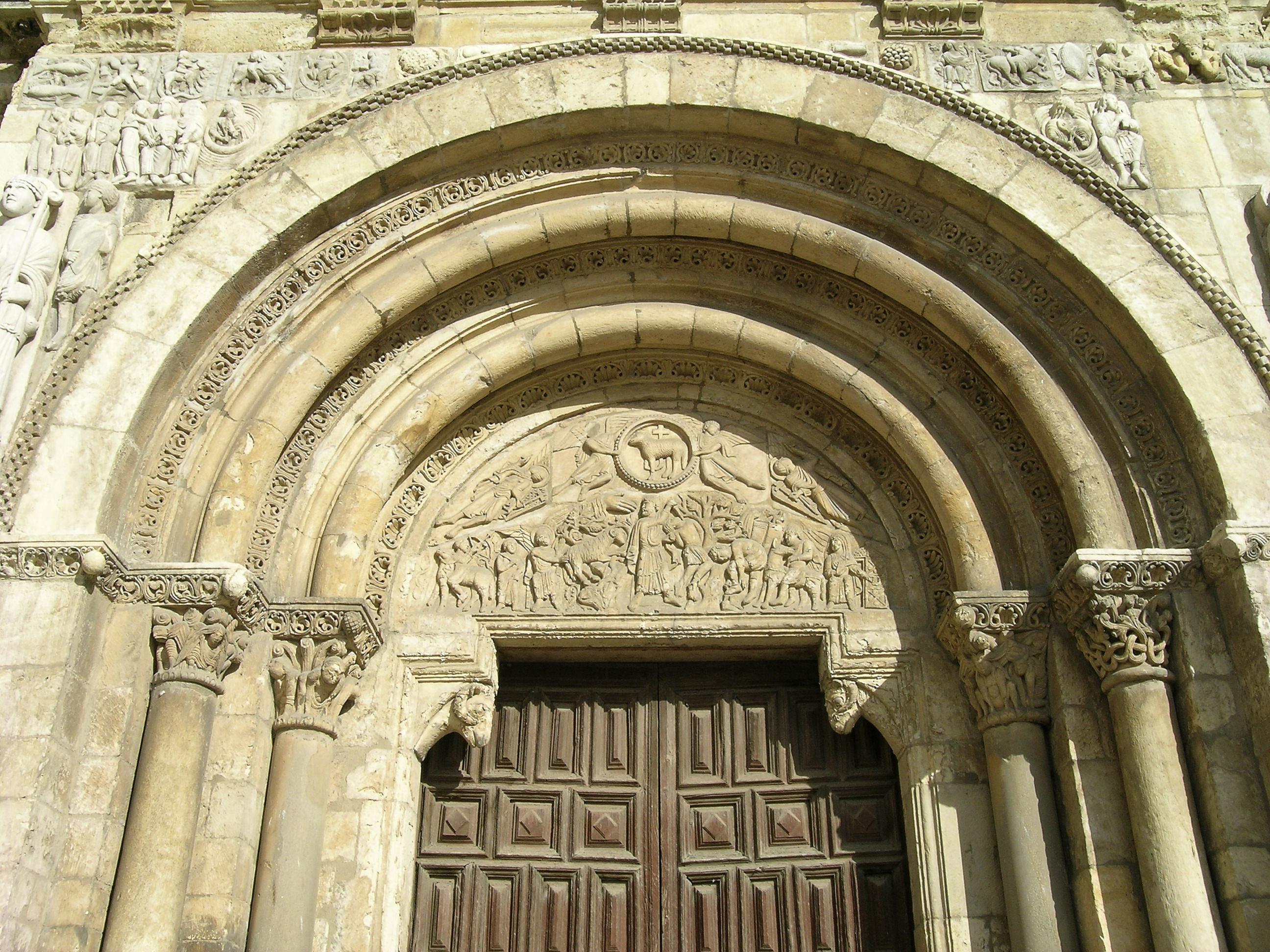 File puerta del cordero en bas lica de san isidoro de le n for Puerta 3 de san marcos
