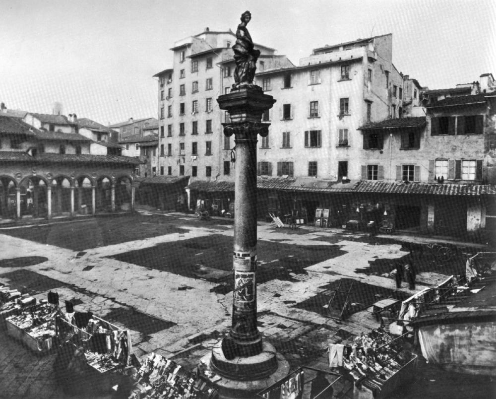 La colonna dell'Abbondanza si erge solitaria dopo le demolizioni del  Mercato Vecchio; sullo sfondo la loggia del Pesce nella sua collocazione  originale ...