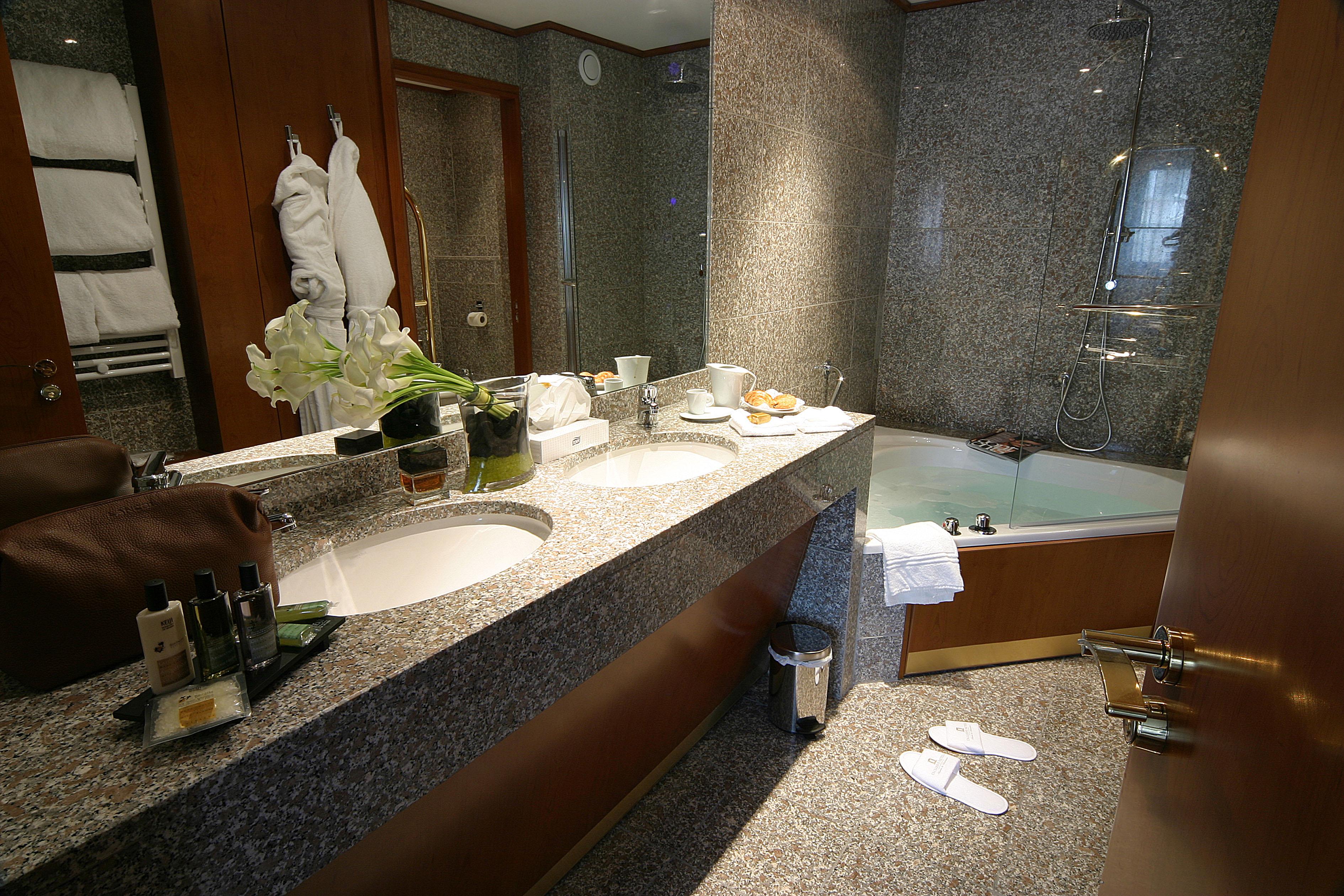 File salle de bains en granite hotel - Photo de salle de bain ...