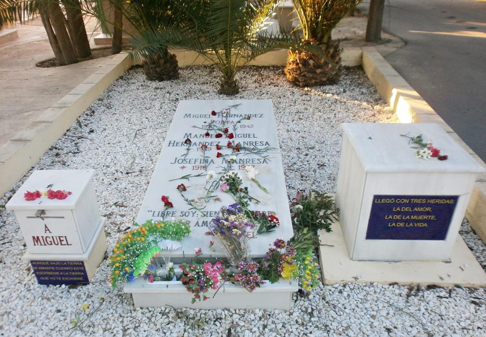 Tumba de Miguel Hernández en el cementerio de Alicante, España