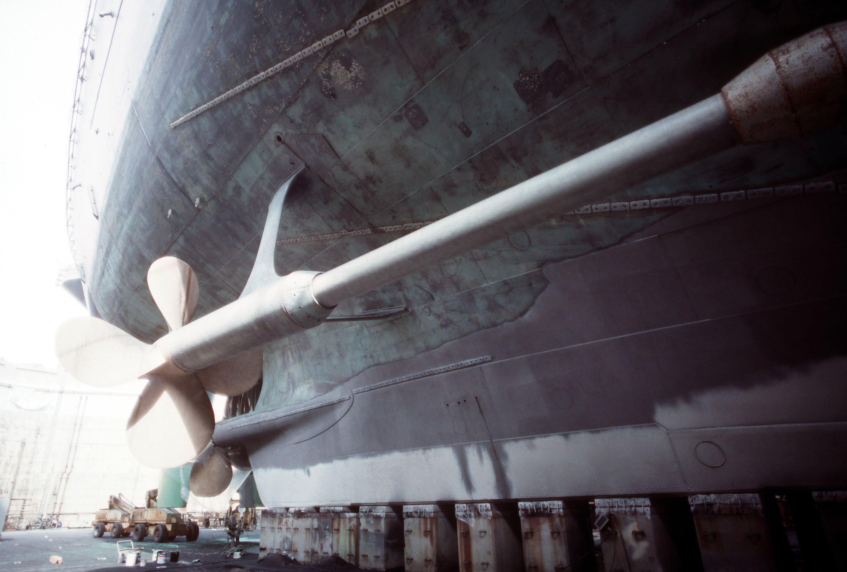 File:USS Missouri (BB-63) starboard propeller shaft jpg - Wikimedia
