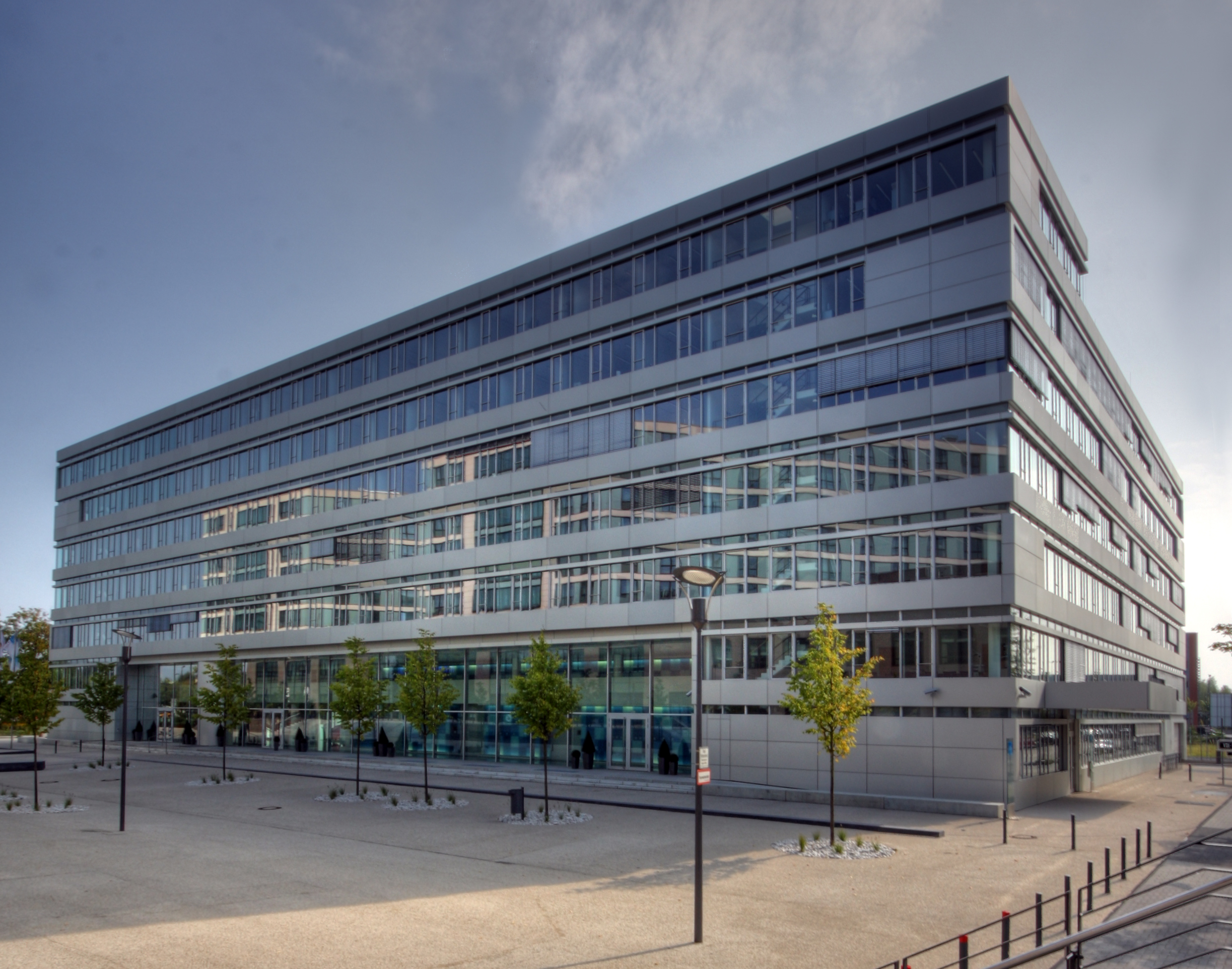 https://upload.wikimedia.org/wikipedia/commons/thumb/d/d3/VDI_Technologiezentrum_D%C3%BCsseldorf_2009-1.jpg/1145px-VDI_Technologiezentrum_D%C3%BCsseldorf_2009-1.jpg