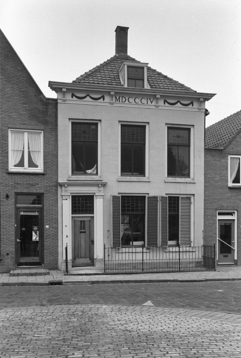 Huis onder schilddak en met empire lijstgevel gepleisterd waarin door pilasters omlijste - Huis ingang ...