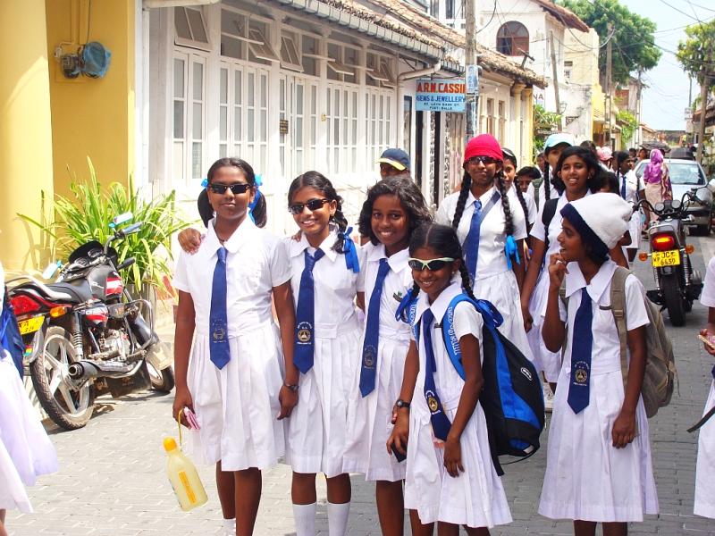 000185 Sinhalesische Schulmädchen in der Stadt Galle (2012).JPG